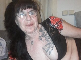 scharfe susi:  Devot, Oralsex, Outdoor, Piercing, Schlucken, Swinger, Tattoos, Voyeurismus